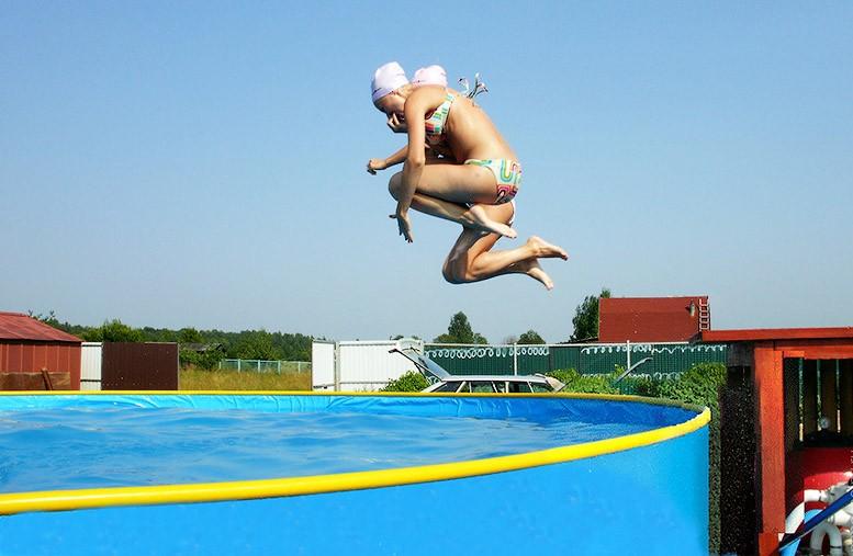 Пластиковый бассейн для детей с горкой