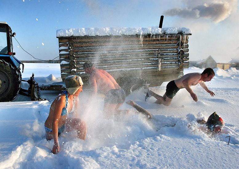 Закаливание после бани в снегу